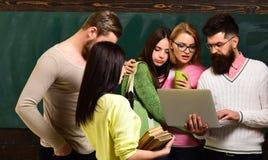 Gruppe Studenten, groupmates verbringen Zeit mit Lehrer, Lektor, Professor College- und Hochschulkonzept kursteilnehmer stockbilder