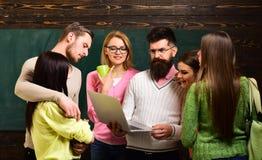Gruppe Studenten, groupmates verbringen Zeit mit Lehrer, Lektor, Professor College- und Hochschulkonzept kursteilnehmer stockbild