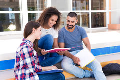 Gruppe Studenten im Campus lizenzfreie stockfotos