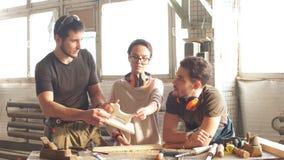 Gruppe Studenten im HolzarbeitAusbildungskurs stock video