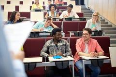 Gruppe Studenten mit Notizbüchern am Vorlesungssal Lizenzfreies Stockbild
