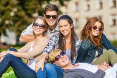 Gruppe Studenten oder Jugendliche, die heraus hängen Stockbild
