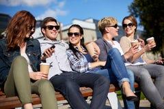 Gruppe Studenten oder Jugendliche, die Kaffee trinken Stockfotografie