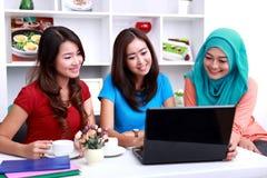 Gruppe Studenten schauen glückliches zusammen studieren Lizenzfreie Stockfotos