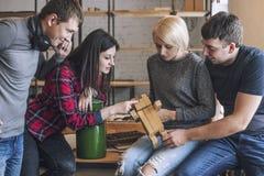 Gruppe Studenten sind, besprechend tuend und kreative Ideen in Stockfoto