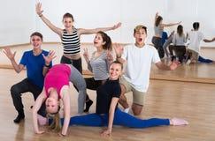 Gruppe Studententänzer beim Tanzstudiolächeln stockfotografie