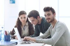 Gruppe Studentenvernetzung Lizenzfreie Stockfotos