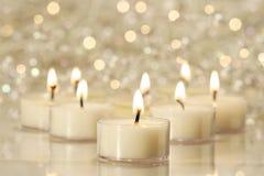 Gruppe Teelichter für Feiertagsfeiern Stockfoto