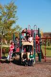 Gruppe Teenager auf playgroung Lizenzfreies Stockbild