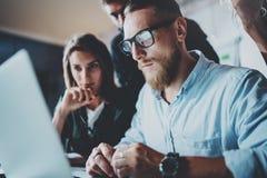 Gruppe Teilhaber, die Forschung für neue Geschäftsrichtung machen Geschäftsleute, die Konzept treffen Unscharfer Hintergrund lizenzfreies stockbild