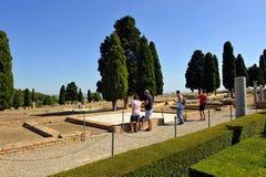 Gruppe Touristen an der archäologischen Fundstätte der römischen Stadt von Italica, Andalusien, Spanien lizenzfreies stockfoto