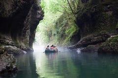 Gruppe Touristen, die auf den Schluchtfluß schwimmen Lizenzfreie Stockfotografie