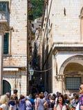 Gruppe Touristen, die in der alten Stadt von Dubrovnik zusammentreten lizenzfreies stockbild
