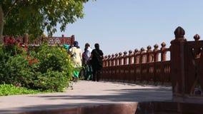 Gruppe Touristen, die durch den Zaun des Tempelgartens Jaswant Thada gehen stock footage