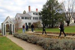 Gruppe Touristen, die durch historisches Strawbery Banke, New Hampshire, 2017 gehen Lizenzfreies Stockbild