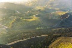 Gruppe Touristen, die am Rand des Kraters gehen Lizenzfreies Stockfoto