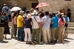 Gruppe Touristen, die zur Anleitung hören Lizenzfreie Stockfotos