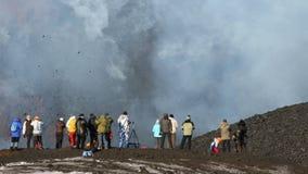 Gruppe Touristen machen Fotos des Fliegens der glühenden Lava, Eruption vom Vulkan stock footage