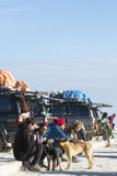 Gruppe Touristen und Autos 4x4 bei Isla Incahuasi im Sala Stockbilder
