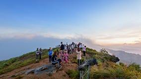 Gruppe Touristenwartesonnenaufgang auf Bergen Lizenzfreie Stockfotos