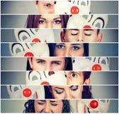 Gruppe traurige verärgerte Leute, die wirkliche Gefühle hinter Clownmaske verstecken lizenzfreies stockfoto