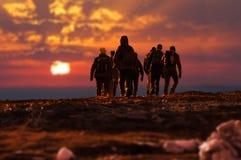 Gruppe Trekkers, die eine Exkursion machen stockfotos