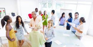 Gruppe Unternehmensleute, die verschiedene Gespräche haben Stockfoto