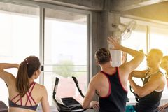 Gruppe Verschiedenartigkeitsleute Hände für Motivation, sportliches junges freundliches Team zusammen klatschen oder sich anschli stockbilder