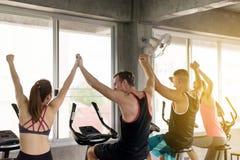 Gruppe Verschiedenartigkeitsleute-Hand-rais oben für Motivation, sportliches junges freundliches Team glücklich und attraktiv zus lizenzfreie stockfotos