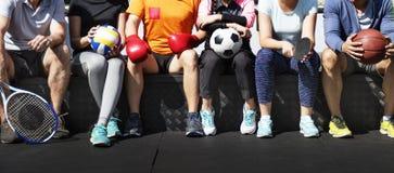 Gruppe verschiedene Athleten, die zusammen sitzen lizenzfreie stockbilder