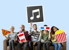 Gruppe verschiedene Freunde, die Film Emoticons halten lizenzfreies stockfoto