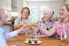 Gruppe verschiedene gealterte Freundinnen, die sich zu Hause treffen lizenzfreies stockbild
