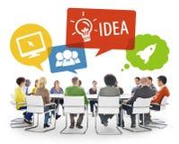 Gruppe verschiedene gedanklich lösende Geschäftsleute Stockfoto