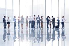 Gruppe verschiedene Geschäftsleute in der Stadt Stockbilder