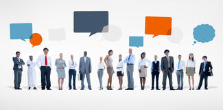 Gruppe verschiedene Geschäftsleute mit Sprache-Blasen Stockbilder