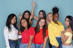 Gruppe verschiedene jugendlich Freunde stockfotografie