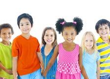 Gruppe verschiedene Kinder auf weißem Hintergrund Stockfotos