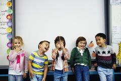 Gruppe verschiedene Kindergartenstudenten, die zusammen in den clas stehen stockbilder