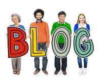 Gruppe verschiedene Leute, die das Wort Blog halten Lizenzfreie Stockfotografie