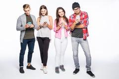 Gruppe verschiedene Leute, die Digital-Geräte lokalisiert auf weißem Hintergrund verwenden Lizenzfreies Stockbild
