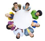 Gruppe verschiedene Leute, die einen weißen Kreis tragen Stockbild