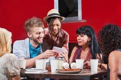 Verschiedenes Gruppe Essen und Texting lizenzfreies stockfoto