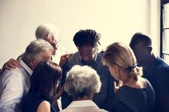Gruppe verschiedene Leute, die zusammen Stützteamwork erfassen lizenzfreie stockbilder