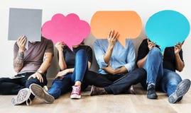 Gruppe verschiedene Leute mit Rede sprudelt Ikonen Lizenzfreies Stockbild