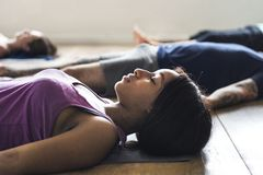 Gruppe verschiedene Leute schließen sich einer Yogaklasse an lizenzfreies stockfoto
