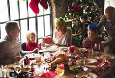 Gruppe verschiedene Leute treten für Weihnachtsfeiertag zusammen lizenzfreies stockfoto