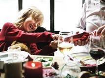 Gruppe verschiedene Leute treten für Weihnachtsfeiertag zusammen lizenzfreies stockbild