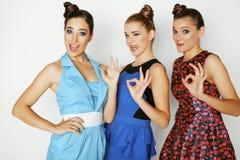 Gruppe verschiedene stilvolle Damen in den hellen Kleidern Stockbild