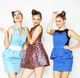 Gruppe verschiedene stilvolle Damen in den hellen Kleidern lokalisiert auf Weiß lizenzfreie stockbilder