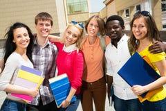 Gruppe verschiedene Studenten draußen lizenzfreies stockbild